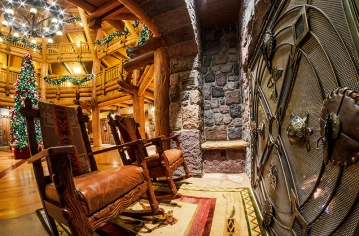 villas-wilderness-lodge-fireplace-christmas-tree